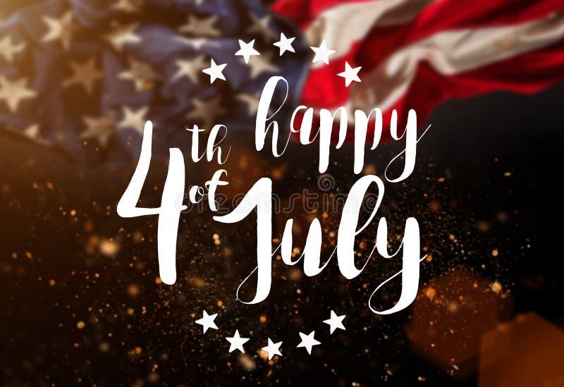 Inskrift som är lycklig 4th Juli med USA flaggan fotografering för bildbyråer