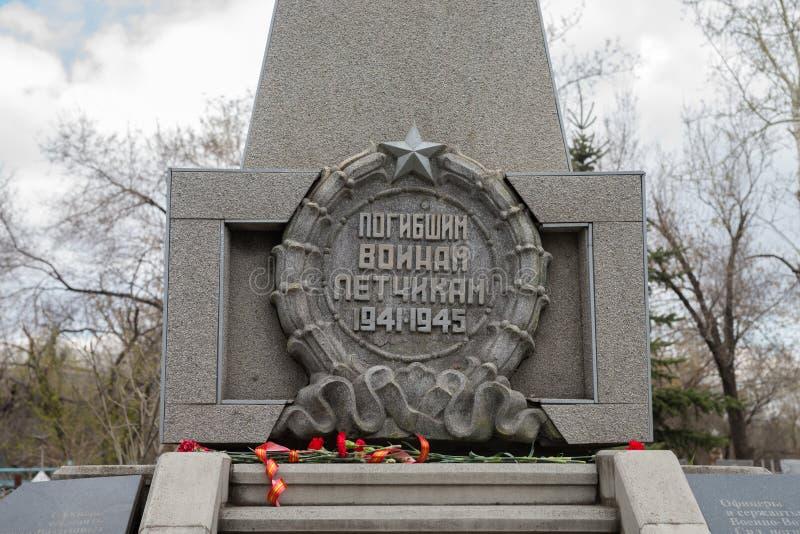 Inskrift` till de borttappade soldaterna till pilot` på cenotafium till piloterna som kraschade på flygplan under WWII royaltyfria foton