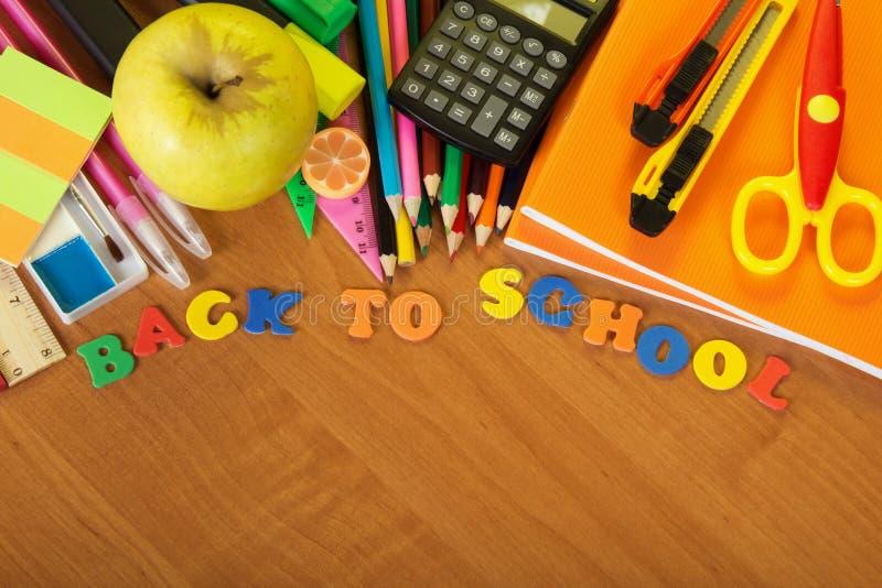 Inskrift tillbaka till skolan och tillförsel royaltyfri fotografi