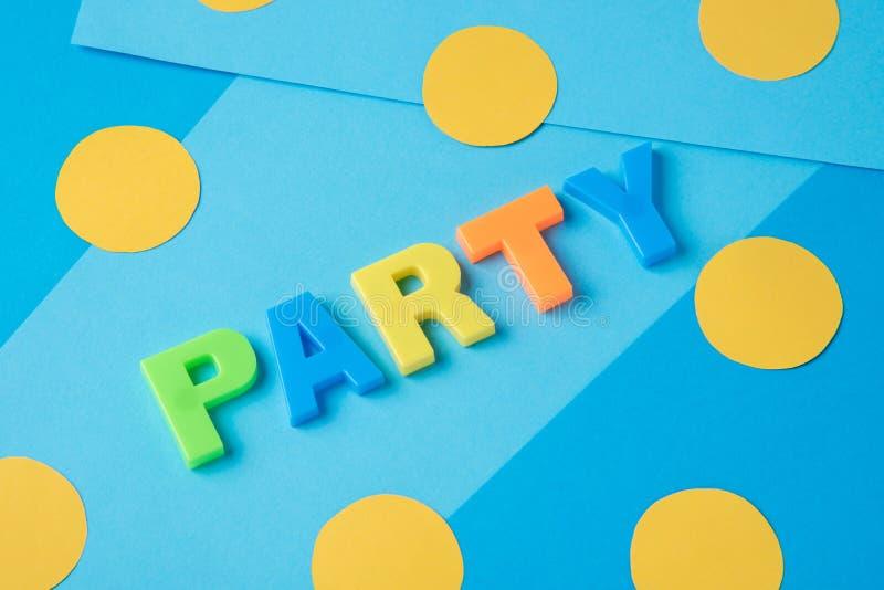 Inskriften av partiet med plast-bokstäver på en blått tillbaka royaltyfri fotografi