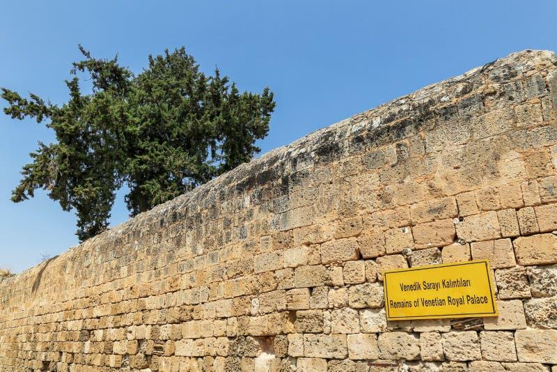 Inskriften i Othello Castle på den Venetian slotten för tecknet fördärvar i turkiska och engelska språk Famagusta Cypern royaltyfria bilder