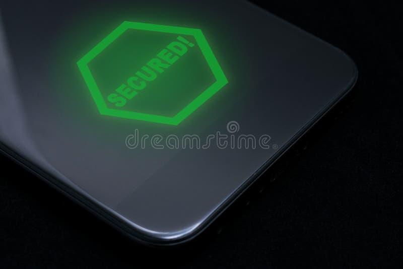 Inskriften 'som skyddas 'på en skinande svart smartphone Smartphone skydd Abstrakt illustration 3D Skydda din telefon eller tabl royaltyfri foto