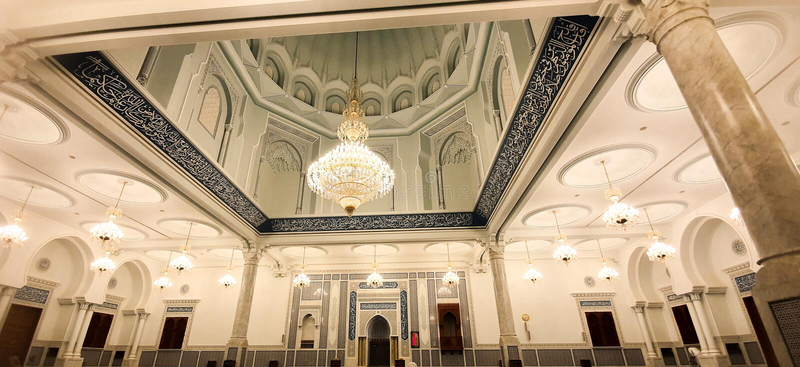 Inskrifterna och de islamiska relikskrina på Sultan Qaboos Mosque i Bahala royaltyfria foton