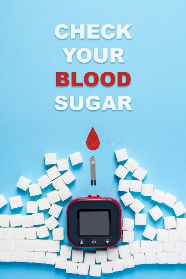 Inskriftkontroll ditt blodsocker, röd bloddroppe, vägg som göras av sockerkuber som fördärvas av glukosmetern på blå bakgrund stock illustrationer