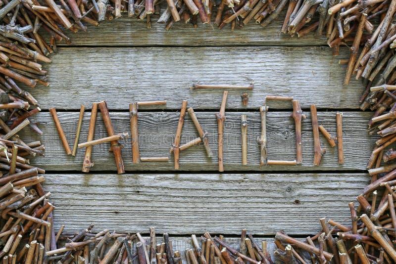 Inskriftsemestern med träpinnar på träbakgrund arkivbilder