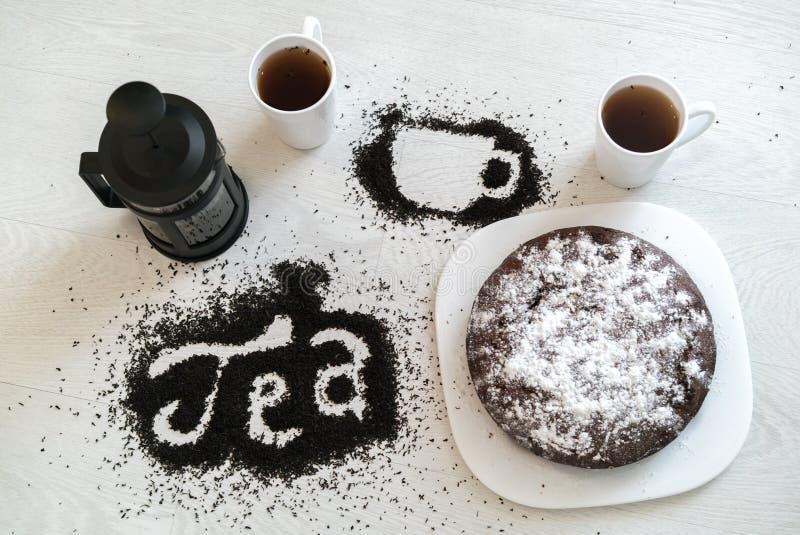 Inskrypcja i obrazek filiżanka liść, filiżanki i tort rozlewający herbaciani, obrazy royalty free