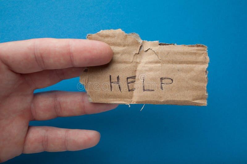 Inskrypcja na starym kawałku karton: «pomoc «ubóstwo i datki fotografia stock