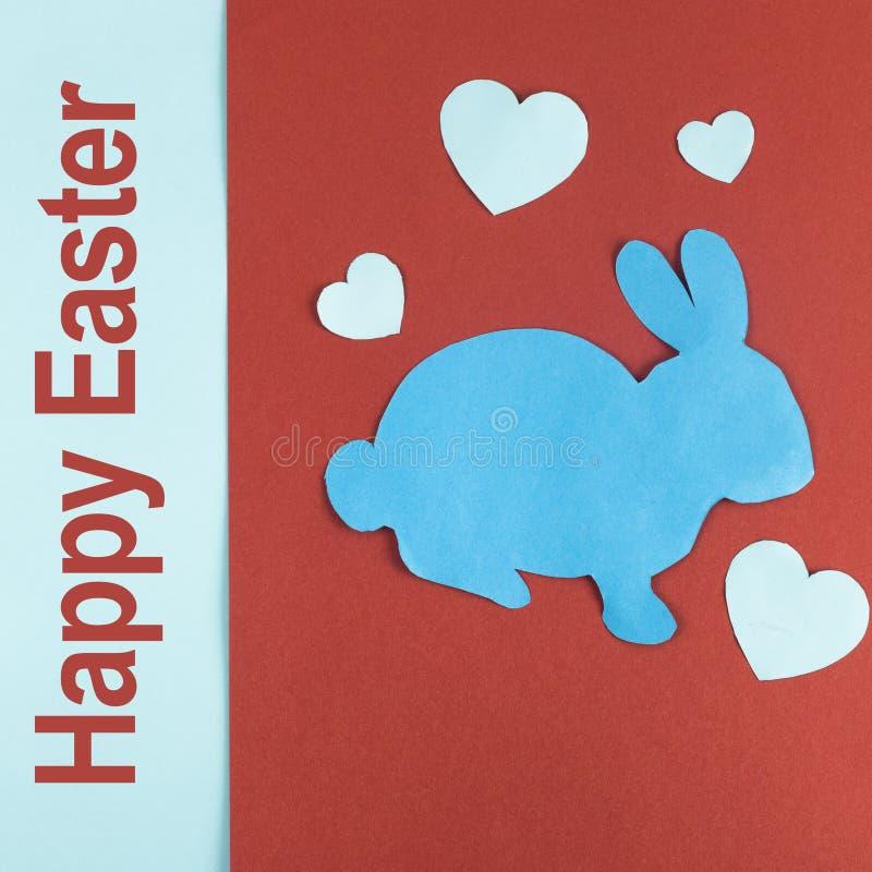 Inskrypcja: Szczęśliwa wielkanoc i Wielkanocny królik z papierowy Kierowym ciiemy outs obraz stock