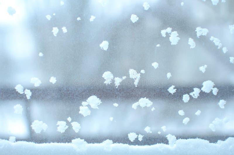 Insnöad fönsternärbild, inomhus Säsongsbetonade vintervädervillkor Snöig vinterbakgrund royaltyfri foto
