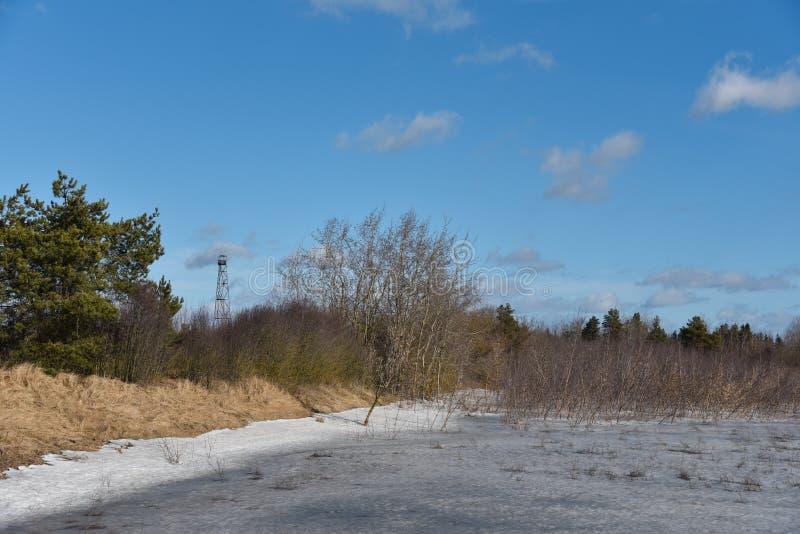 Insnöad smältning våren Gränsbevakningtorn royaltyfri bild