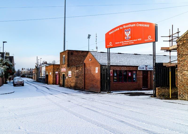 Insnöad vinter runt om Bootham Crescent Football Ground arkivfoton