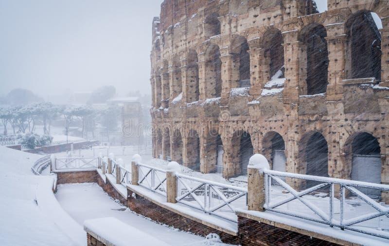 Insnöade Rome på Februari 2018, Colosseumen i morgonen, medan snöa arkivfoto