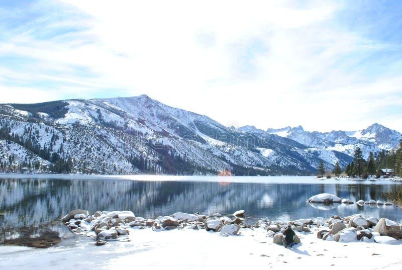 Insnöade tvilling- sjöar arkivbild