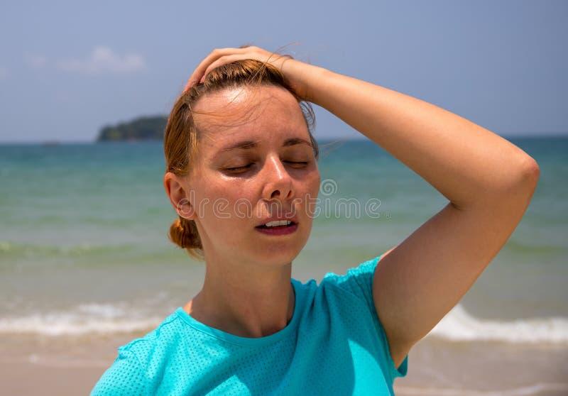 Insolation par le bord de la mer tropical Probl?me de sant? des vacances M?decine des vacances Le soleil dangereux ?chouez la fil image libre de droits