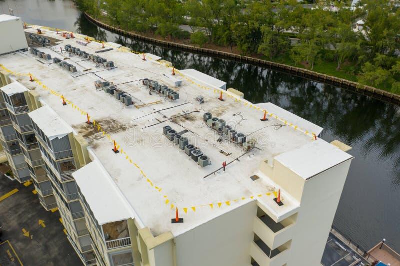 Inspeção aérea do zangão do projeto novo da instalação do telhado imagens de stock