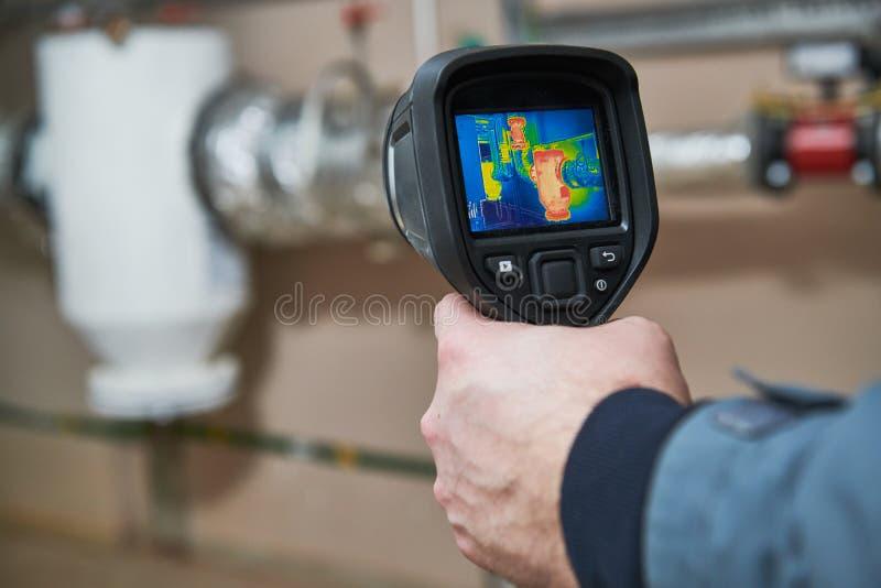 Inspeção da imagiologia térmica do equipamento de aquecimento foto de stock