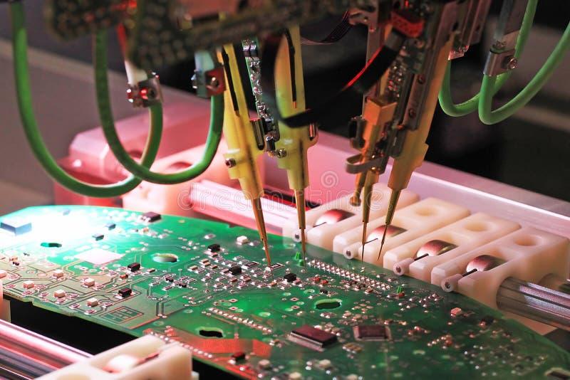 Inspeção de placas de circuito impresso fotos de stock