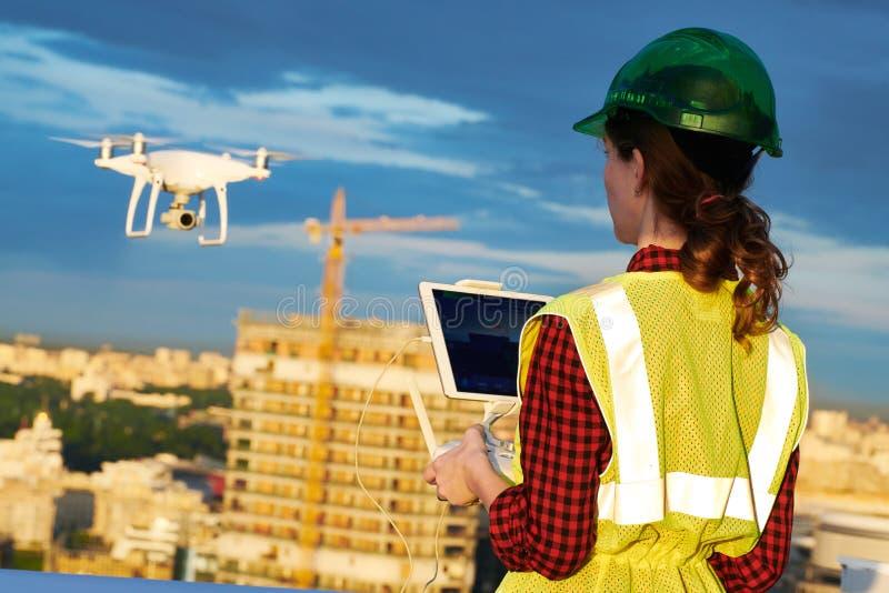 Inspeção do zangão Operador que inspeciona o voo do terreno de construção da construção com zangão foto de stock royalty free