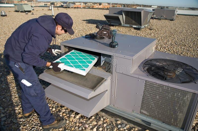Inspecionando a unidade superior do telhado foto de stock royalty free