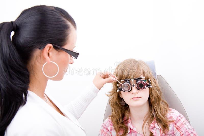 Inspecteer een patiënt in oftalmologiearbeid royalty-vrije stock fotografie