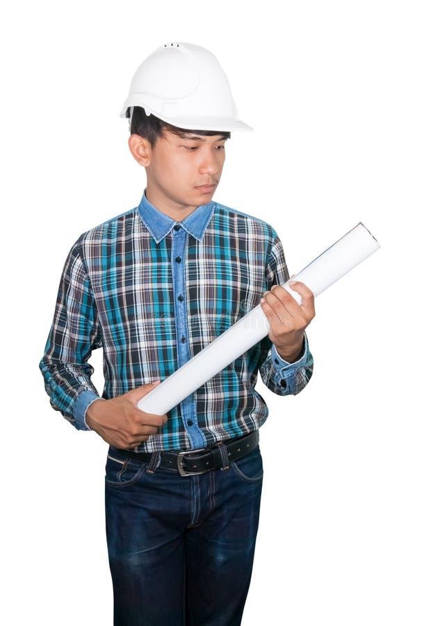 Inspecteren de ingenieursholding gerolde blauwdrukken bouw en slijtage het witte plastiek van de veiligheidshelm op witte achterg royalty-vrije stock fotografie