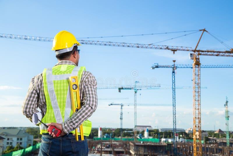 Inspecteur d'agent de maîtrise vérifiant le chantier de construction photos stock
