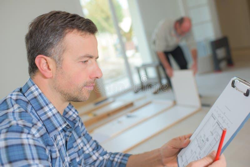 Inspecteur des bâtiments regardant la nouvelle propriété images libres de droits