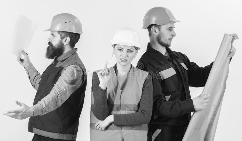Inspecteur over werknemer, bouwer wordt teleurgesteld die Mannen en vrouw in helmen onbezorgd met hamer en project royalty-vrije stock afbeeldingen