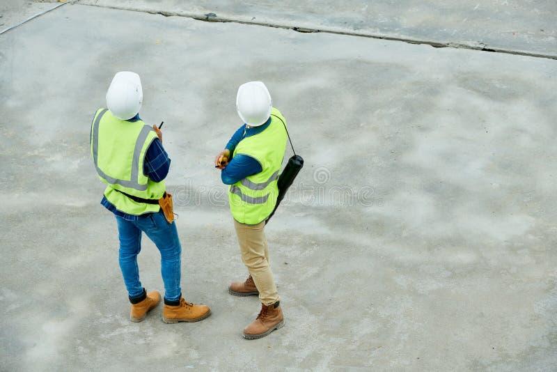 Inspecteurs des bâtiments méconnaissables sur le chantier de construction image libre de droits