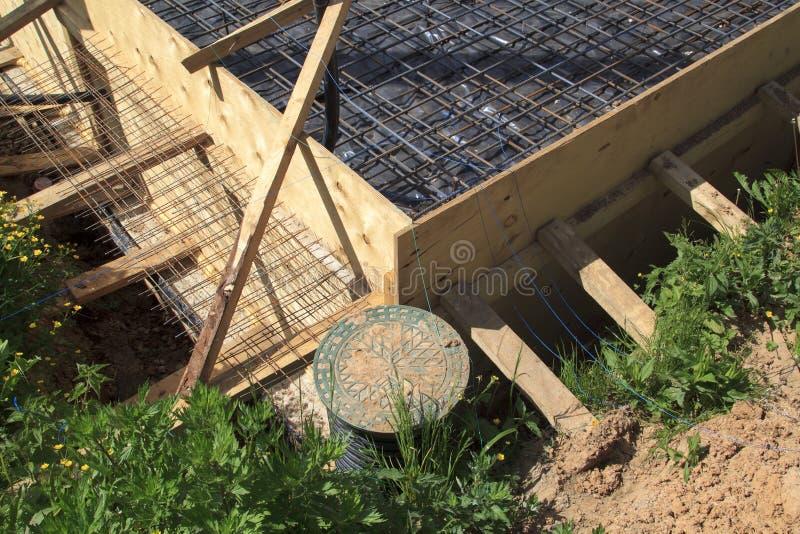 inspectie goed en geul met houten bekisting Voorbereiding voor stock afbeelding