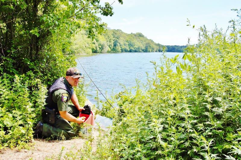 Inspectie van de visseizoen de milieupolitie stock foto