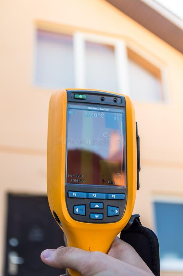 Inspection de Thermovision d'une maison Conclusion de la perte de chaleur photographie stock