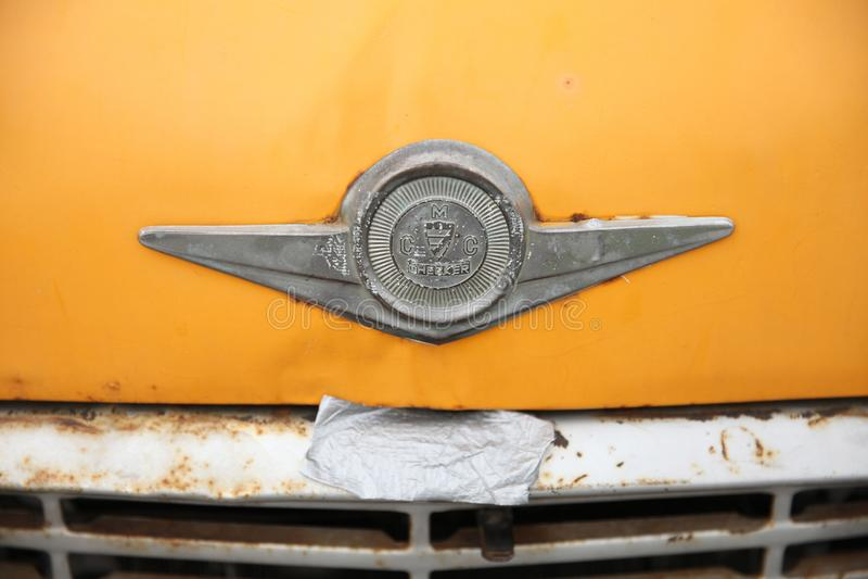 Inspector amarillo de la compañía de automóviles de la muestra del taxi viejo moscú 27 08 2018 fotografía de archivo libre de regalías
