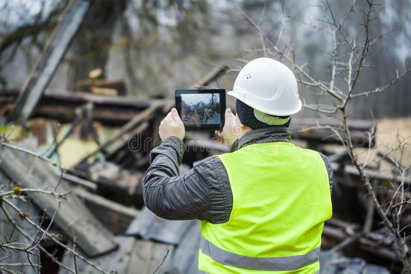 Inspector con la tableta imágenes de archivo libres de regalías