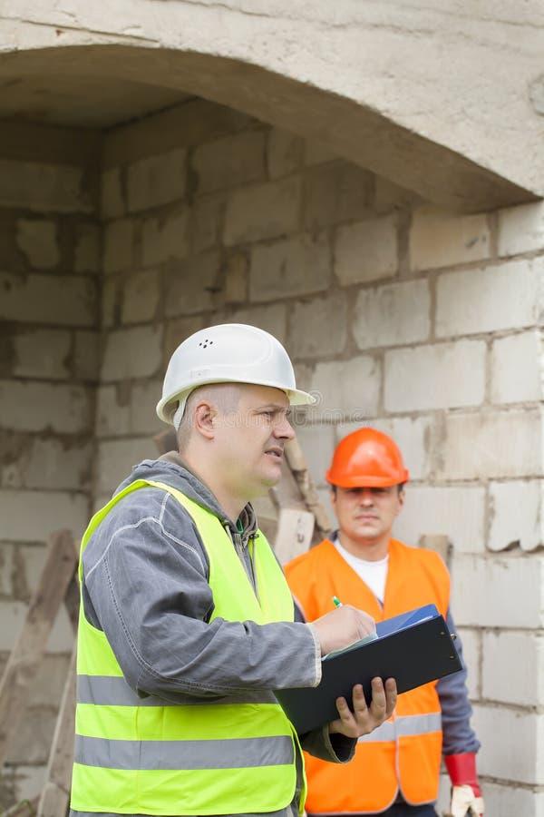 Inspector de construção com dobrador fotos de stock royalty free