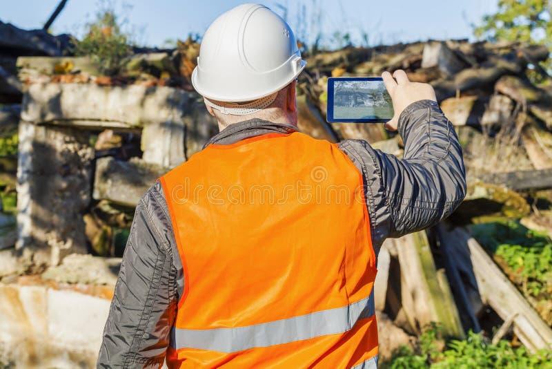 Inspector de construcción filmado con la tableta foto de archivo