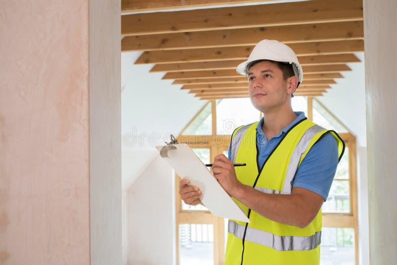 Inspector de construcción que mira la nueva propiedad imagen de archivo libre de regalías