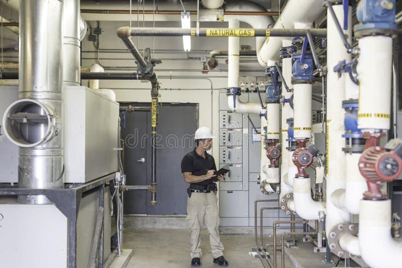 Inspector de la HVAC en sitio de caldera fotos de archivo