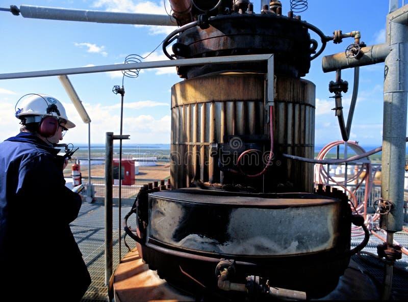 Inspector de la seguridad de la refinería de petróleo foto de archivo libre de regalías