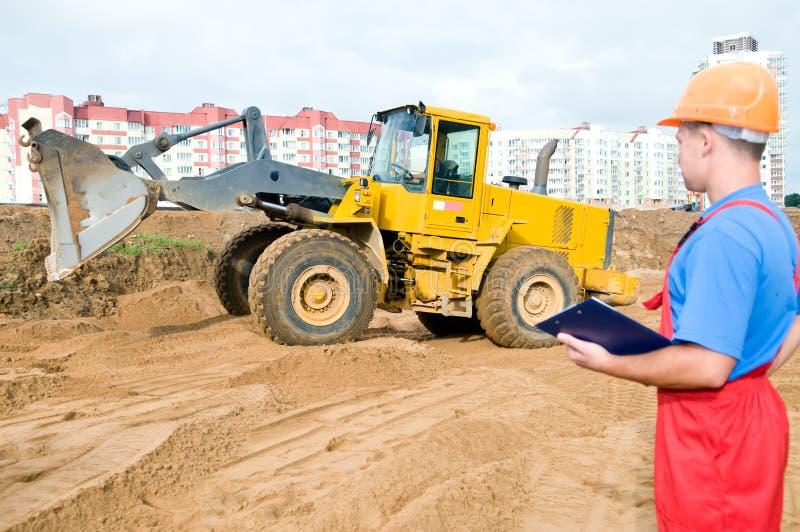 Inspector do construtor na construção imagens de stock royalty free