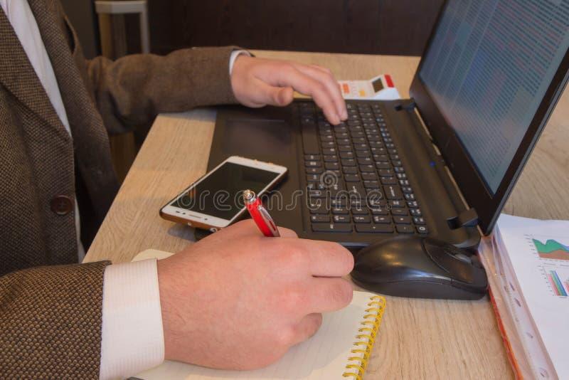 Inspector financiero y secretaria del administrador que hacen la balanza del informe, del cálculo o del control Inspector ch de I imagen de archivo