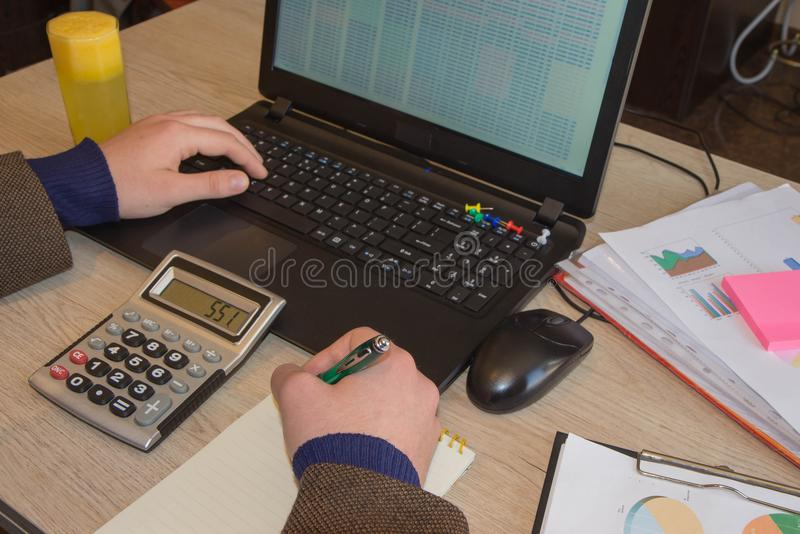 Inspector financiero y secretaria del hombre de negocios del administrador que hacen la balanza del informe, del cálculo o del co fotos de archivo