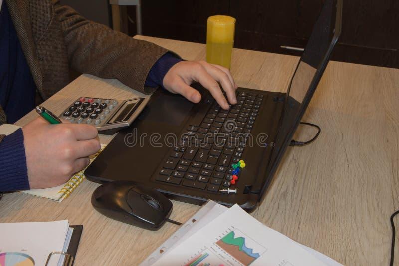 Inspector financiero y secretaria del hombre de negocios del administrador que hacen la balanza del informe, del cálculo o del co fotografía de archivo libre de regalías