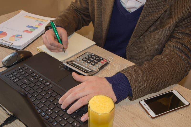 Inspector financiero y secretaria del hombre de negocios del administrador que hacen la balanza del informe, del cálculo o del co fotografía de archivo