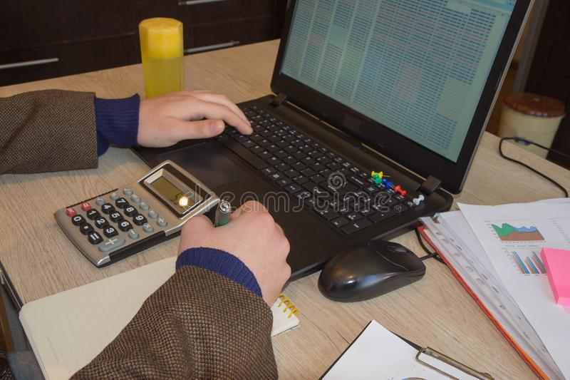 Inspector financiero y secretaria del hombre de negocios del administrador que hacen la balanza del informe, del cálculo o del co imagenes de archivo