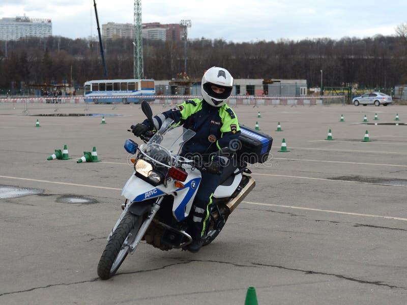 Inspectores del entrenamiento de la conducta de la policía de tráfico en la conducción extrema en las motocicletas oficiales de l fotografía de archivo libre de regalías