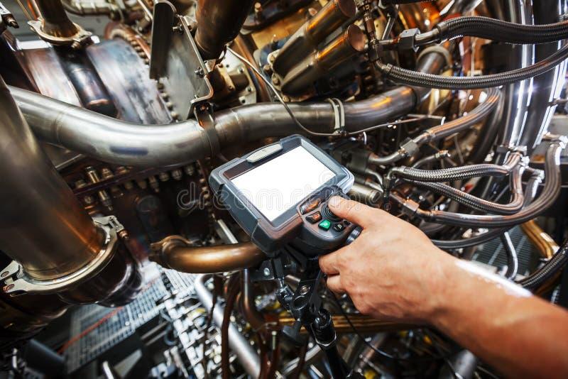 Inspekcja benzynowy turbinowy silnik używać Wideo endoskop Rewizja dla defektów wśrodku strzelaniny na wideo i turbiny, fotografi fotografia stock