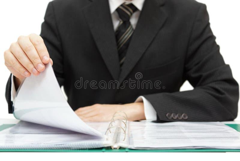 Inspekcja. Biznesmena czytelniczy segregator z kontami obraz stock