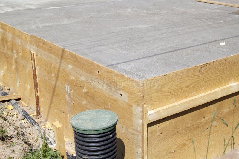 inspekcja, okop i betonowa p?yta podstawa z dobrze, zalecamy si? zdjęcie stock