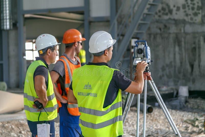 Inspektörer arbetar med en sammanlagd station fotografering för bildbyråer